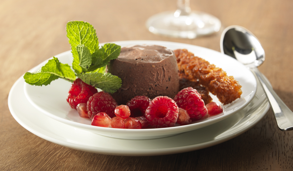 recipe image Mousse au chocolat glacée avec fruits rouges et pain d'épices croquant
